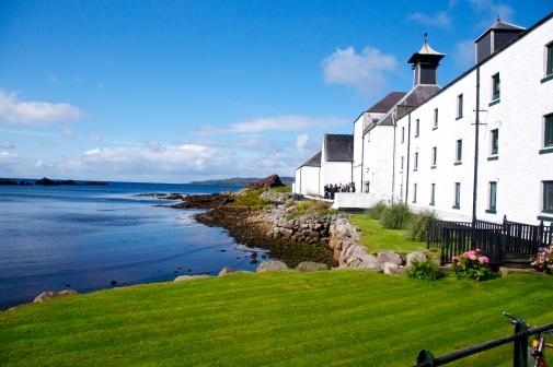 Laphroaig Single Malt Whisky Distillery Gebäude am Meer im Sonnenschein