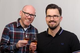 Michael Cooper Schotte mit Leon Schuster Inhaber Malt Mariners Whisky Tastings Events und Beratung mit Whisky und Glencairn Nosing Glas