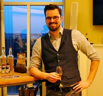 Leon Schuster Inhaber Malt Mariners Whisky Tastings mit Single Malt Scotch Whisky Glencairn Nosing Glas