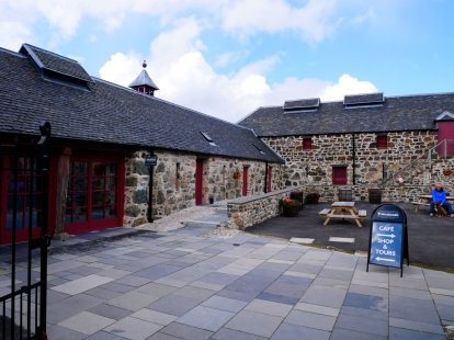 Blick auf Gebäude und das Besucherzentrum von Torabhaig Single Malt Scotch Whisky Destillerie