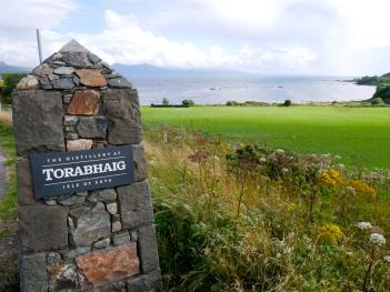 Blick auf schottische Küste auf der Isle of Skye bei Torabhaig Single Malt Scotch Whisky Destillerie