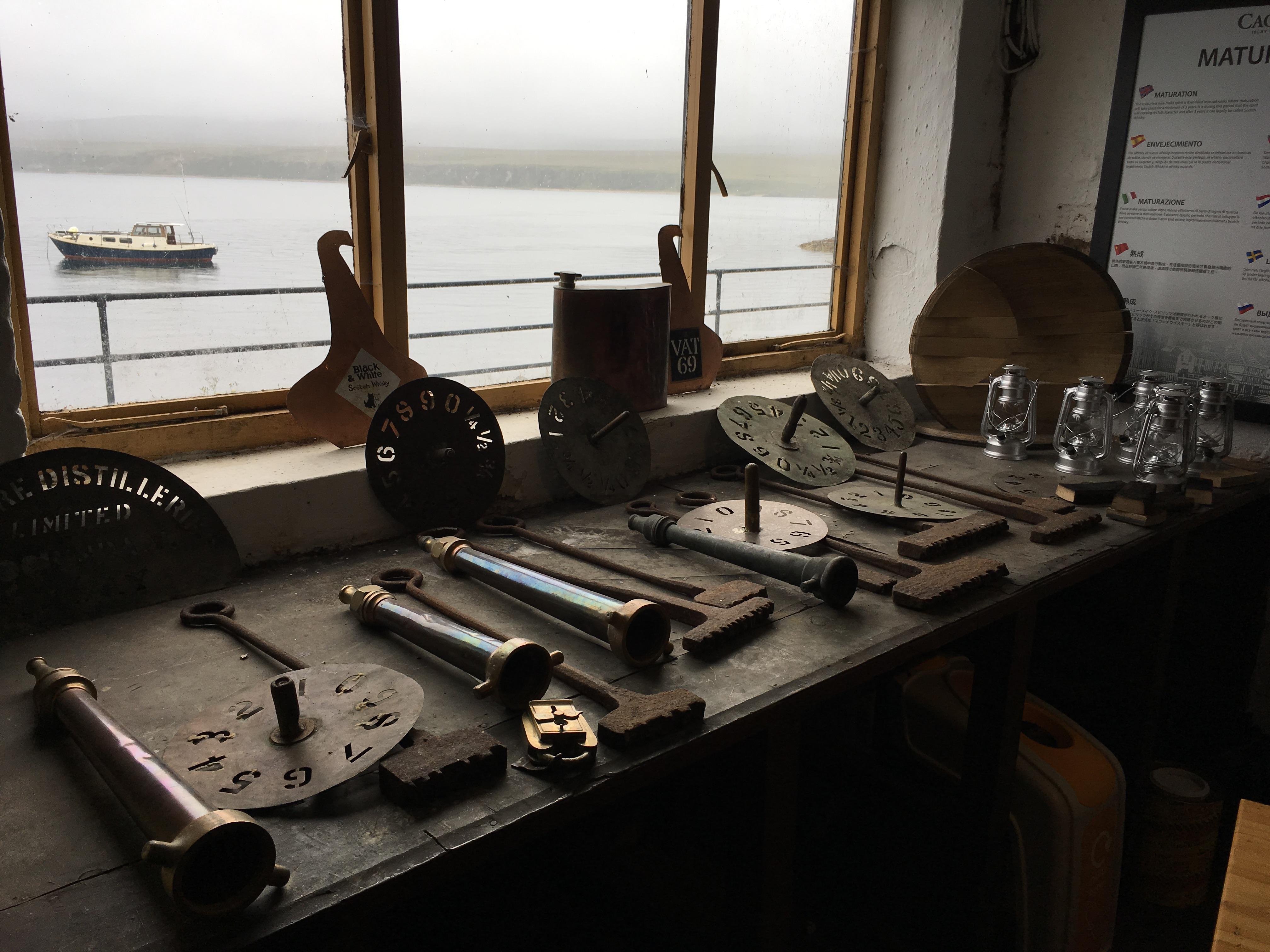 Equiment und Lagerhaus von Caol Ila Single Malt Scotch Whisky Destillerie Brennerei auf Islay im Westen Schottlands