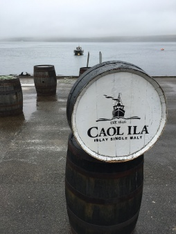 Caol Ila Single Malt Scotch Whisky Destillerie Brennerei auf Islay im Westen Schottlands Fass mit Blick aufs Meer